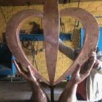 """Скульптура из металла """"Руки дающие жизнь"""""""